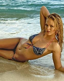 沙灘上的「比基尼」彩繪女郎