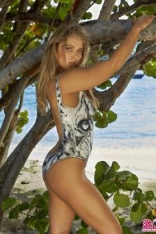 穿著彩繪「泳裝」沙灘曬太陽去!